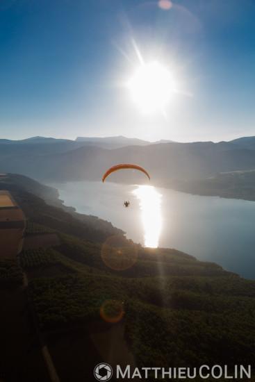 Sainte-Croix-du-Verdon, lac de Sainte-Croix (vue aérienne)  paramoteur ou parapente motorisé