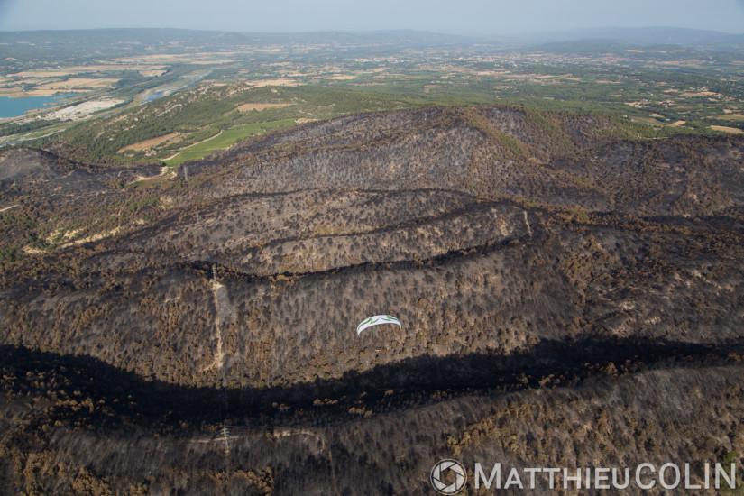 Entre Mirabeau et la Bastidonne. l'incendie a ravagé 1300 ha, survol en parapente motorisé (vue aérienne)