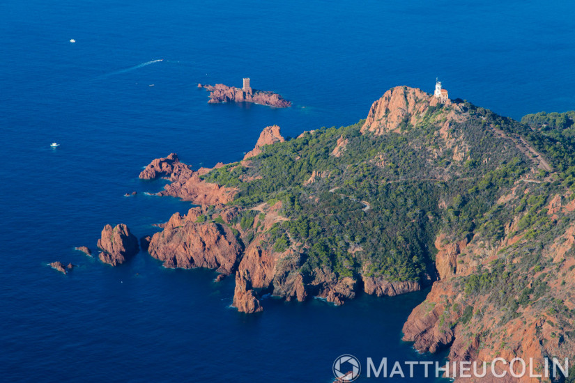 Saint Raphaël, massif de l'Esterel, golfe de Fréjus, cap du Dramont, pointe du Dramont,  île d'or  (vue aérienne)