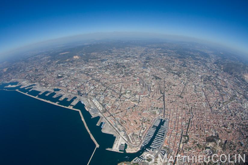 Marseille, vue générale avec le Vieux port et la digue du large (vue aérienne)