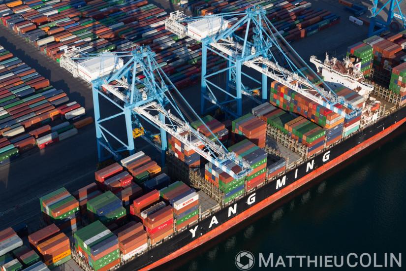 Grand port maritime de Marseille  Bassins ouest, terminal conteneurs 2XL et 3XL, bateau ou navire porte-conteneur Yang Ming  (vue aérienne)