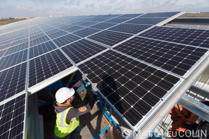 Centrale solaire sur 50 000 m2 de toiture de hangars, ouvrier spécialisé, pose de panneau solaire photovoltaique