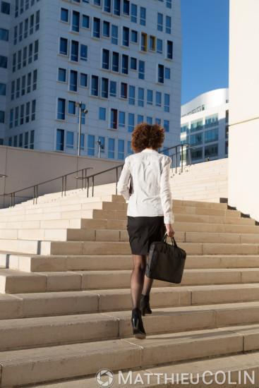 Femme cadre sortant du bureau, escalier