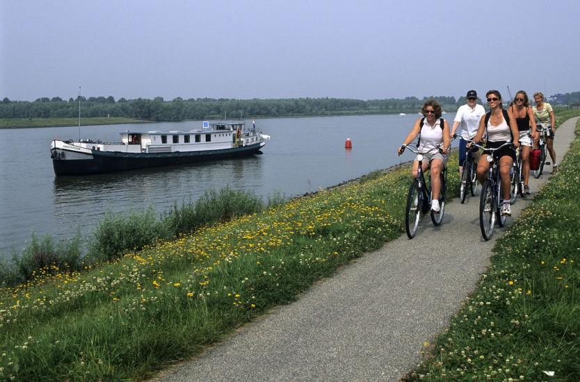 PAYS-BAS -Péniche-hôtel et vélo  - La Hollande en roue libre. Au départ d'Amsterdam, on embarque sur une péniche-hôtel, à la découverte de la région sud d'Amsterdam en vélo. (140 photos) Voir le reportage sur Divergence-Images