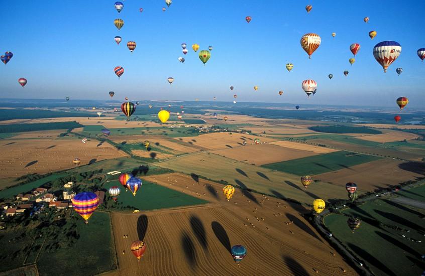 LORRAINE  - Mondial Air Ballon : 1000 montgolfières entre Metz et Nancy - En passant par la Lorraine en ballon. Le plus grand rassemblement de montgolfières au monde . Plus de 1000 aérostiers s'envolent matin et soir d'août. Rendez vous tous les deux ans dans le ciel lorrain. (140 photos) Voir le reportage sur Divergence-Images