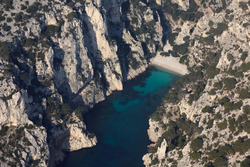 FRANCE - Provence - Bouches-du-Rhône - Le Parc National des Calanques. Vues aériennes des calanques de Marseille à Cassis et de la baie de La Ciotat jusqu'à Saint Cyr les Lecques. (94 photos)  Voir le reportage sur Divergence-Images