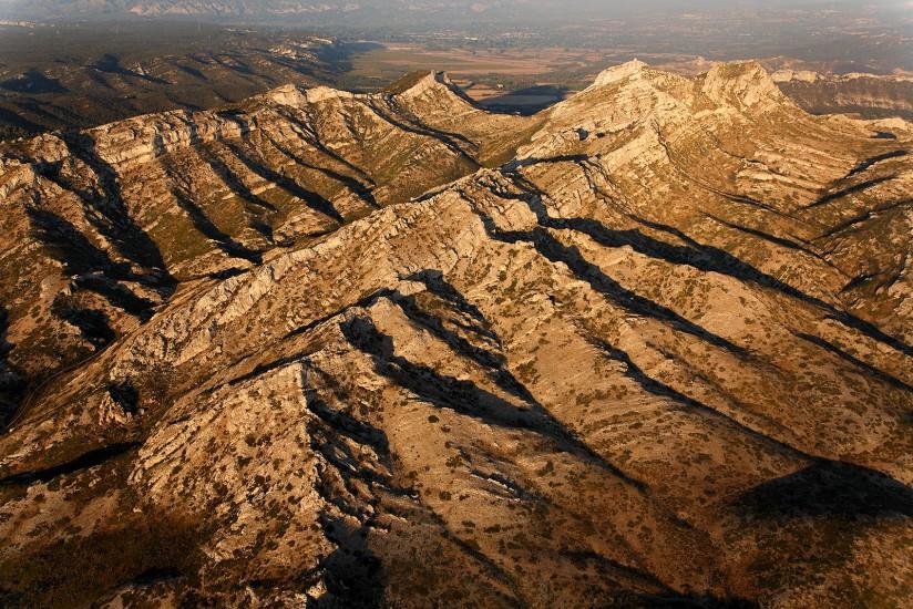 FRANCE - Provence - Bouches-du-Rhône - Les Alpilles. Vues aériennes du parc naturel régional des Alpilles, entre les oliveraies et les cultures de la plaine de la Crau et les villages d'Aureilles, Mouriès et le plus célèbre d'entre eux, les Baux de Provence. (59 photos) Voir le reportage sur Divergence-Images