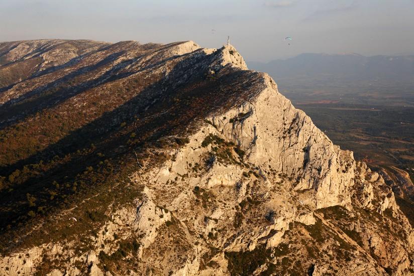 Vues aériennes de la montagne préférée du peintre Cézanne près d'Aix-en-Provence et du barrage du lac de Bimont . (14 photos)Voir le reportage sur Divergence-Images