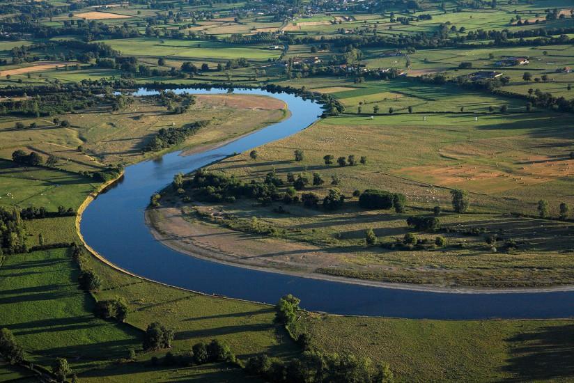 FRANCE - Bourgogne - Saone-et-Loire - Saone-et-Loire . Vues aériennes du château de Drée et de la Clayette, d'un des plus beaux villages de France Sémur-en-Brionnais, des bocages et étangs, du lit de la Loire. (43 photos) Voir le reportage sur Divergence-Images