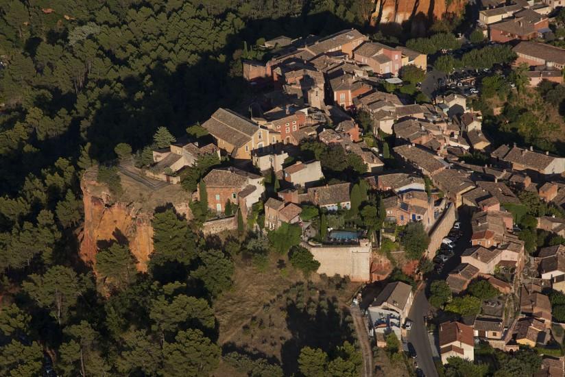 FRANCE - Provence - Vaucluse - Le Luberon. Vues aériennes du Luberon. Parmi les plus beaux villages de France, Gordes, Roussillon, Lourmarin, Ansouis, mais aussi Lacoste, Beaumont-de-Pertuis, La Bastide-des-Jourdans, Bonnieux, Cucuron, la Tour d'Aigues, Ménerbes, Goult . (100 photos) Voir le reportage sur Divergence-Images