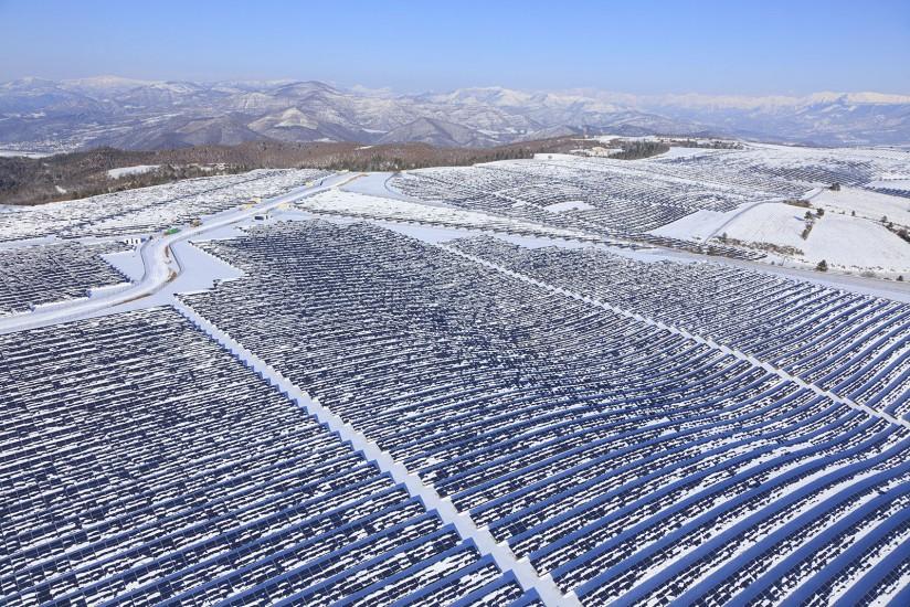 FRANCE - Alpes-de-Haute-Provence - Neige en Provence. Vues aériennes de la vallée de la Durance au niveau des Mées sous la neige suite à la vague de froid de février 2012. Centrale solaire, champs d'olivier, canal et Durance (55 photos)  Voir le reportage sur Divergence-Images