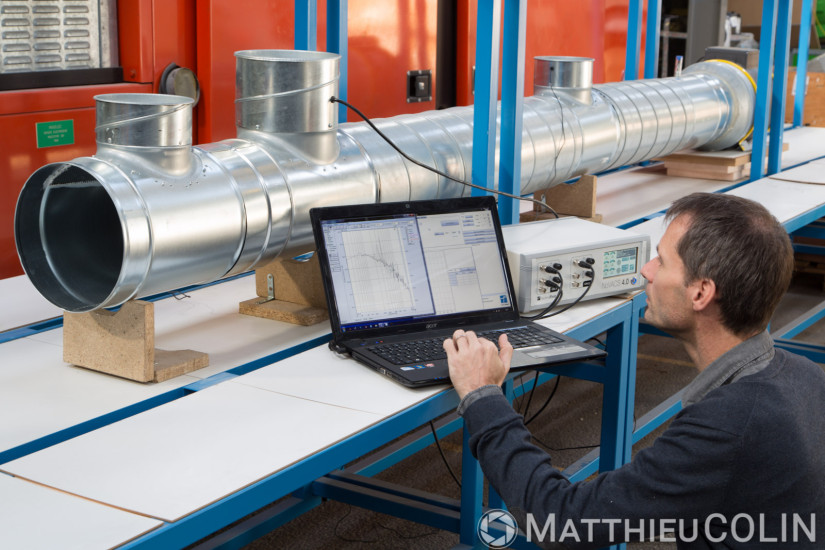 Silencieux actif qui permet de réduire les bruits de basses fréquences générées par les réseaux aérauliques dans les bâtiments et par les systèmes d'aspiration ou de ventilation dans l'industrie