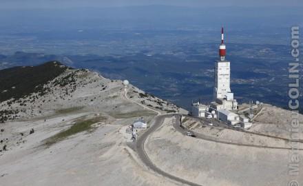 France, Vaulcuse (84),  Bédoin, sommet du Mont Ventoux l'été, D974, tour de l'observatoire, observatoire météorologique et émetteur de television, point culminant du Mont Ventoux à 1911 mètres (vue aérienne)