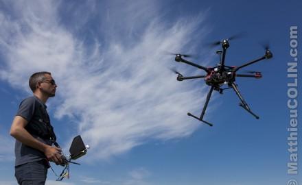 France, Bouches-du-Rhône (13), pilote professionnel de drone ou télépilote à l'entrainement avec un drone hexacopter DJI S900 homologué pouvant embarquer du matériel photo ou vidéo  (Modele Release  ok)