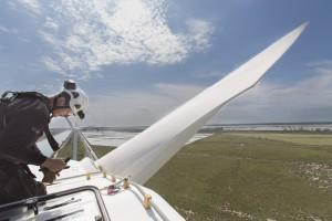 France, Bouches-du-Rhône (13), Camargue, parc éolien de Fos-sur-mer, 850 kw, 25 éoliennes de 75m de haut, entretien par la société Vestas d'une éolienne, techniciens sur la nacelle pour l'entretien