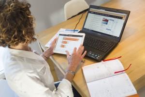 France, Bouches-du-Rhône (13),  Marseille, femme cadre au bureau, ordinateur portable, téléphone, tablette, agenda