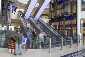 France, Bouches-du-Rhône (13), Marseille, quartier Euroméditerranée, Les terrasses du Port, centre commerciale avec 190 commerces. Escalator