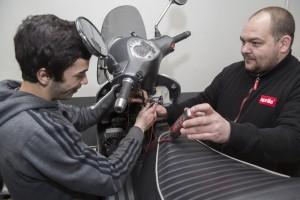france, Bouches-du-Rhône, Marseille, Atelier Aprilia, Cour Lieutaud, jeune en apprentissage en mécanique dans ce garage pour scooter