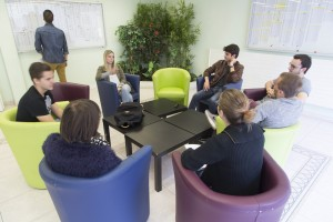 France, Bouches-du-Rhône (13), Marseille, Institut de Formation en Masso-Kinésithérapie de Marseille ou IFKM, étudiants dans le hall d'entrée