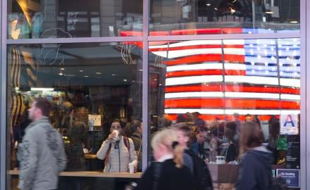 Etats-Unis, New York, Manhattan, Times Square et le drapeau américain ou american flag