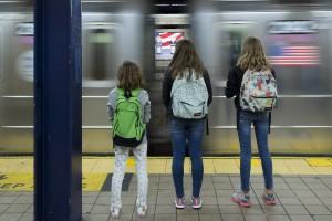 Etats-Unis, New York, Manhattan, jeunes adolecents touristes dans le métro