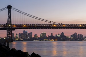 Etats-Unis, New York, Brooklyn, Williamsburg, pont suspendu de Williamsburg sur l'East River en face de Manhattan de nuit