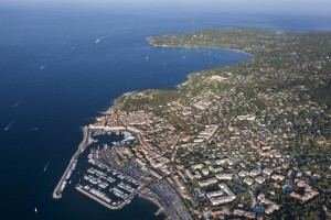 France, Var (83), Golfe de Saint Tropez, Prequ'île de Saint Tropez, village de Saint Tropez, le port, yacht de luxe, baie des Canebiers et pointe de Rabiou (vue aérienne)