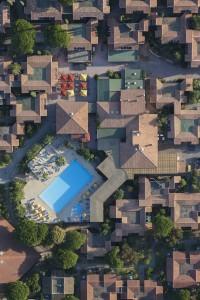 France, Var (83), presqu'ile de Saint-Tropez, commune de Ramatuelle, plages de Pampelonne, Village Vacances Ramatuelle, piscine   (vue aerienne)