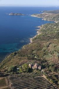 France, Var (83), presqu'ile de Saint-Tropez, Chateau Volterra et baie de Bonporteau  et Cap Taillat (vue aerienne)