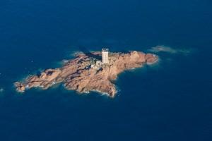 France, Var (83), littoral de la commune de Saint Raphaël, massif de l'Esterel, golfe de Fréjus, cap du Dramont, pointe du Dramont,   île d'or au large de la plage du débarquement (vue aérienne)