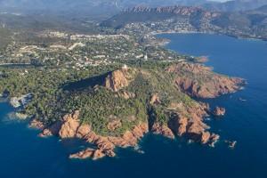 France, Var (83), littoral de la commune de Saint Raphaël, massif de l'Esterel, golfe de Fréjus, cap du Dramont, pointe du Dramont,  plage du débarquement, île d'or  (vue aérienne)
