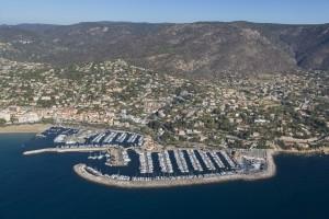 France, Var (83), littoral, corniche des Maures, commune du Lavandou, port (vue aérienne)