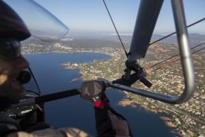 france, Var (83), littoral de la commune de Saint Raphaël, massif de l'Esterel, golfe de Fréjus, pilote d'ULM Pendulaire (vue aérienne)