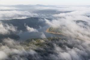 france, Var (83), Carcès, Lac de Sainte Suzanne dans les nuages et la brume (vue aérienne)