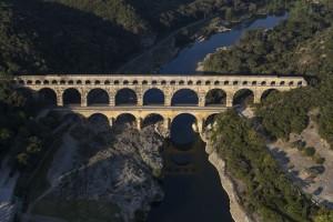France, Gard (30), Pont du Gard, classé Patrimoine Mondial de l'UNESCO, aqueduc romain qui enjambe le Gardon (vue aérienne)