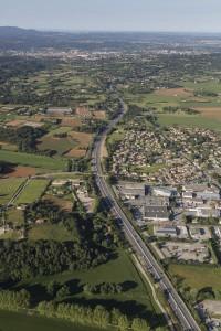 France, Bouches-du-Rhône (13), Venelles, Pôle d'Activités le long de la N96, du quartier des Logissons jusqu'à celui des Cabassols  (vue aérienne)