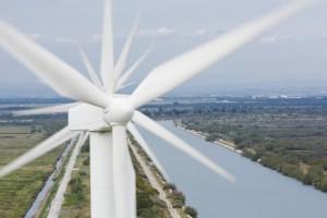 France, Bouches-du-Rhône (13), Camargue, canal de la compagnie nationale du Rhône, parc éolien de Fos-sur-mer, 850 kw, 25 éoliennes de 75m de haut, entretien par la société Vestas