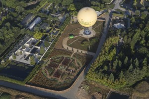 France, Maine-et-Loire (49), Angers, quartier des Hauts de Saint-Aubin, Parc Terra Botanica, parc d'attraction sur le végétal et la biodiversité et son ballon captif (vue aérienne)