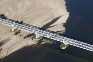 France, Maine-et-Loire (49), Saumur, la Loire, pont ferroviaire (vue aérienne)