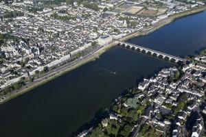 France, Maine-et-Loire (49), Saumur, la Loire, pont Cessart (vue aérienne)