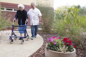 France, Bouches-du-Rhône (13), Marseille,  clinique Madeleine Remuzat, établissement de soins de suite et de réadaptation pour les patients âgés, kinésithérapeute