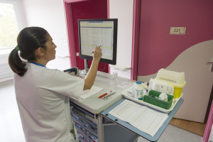 France, Bouches-du-Rhône (13), Marseille,  clinique Madeleine Remuzat, établissement de soins de suite et de réadaptation pour les patients âgés, médicaments