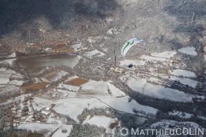 France, Alpes-de-Haute-Provence (04), Moustiers-Sainte-Marie,  parc naturel régional du Verdon, plateau de Valensole au bord du lac de Sainte-Croix sous la neige, parapente motorisé ou paramoteur (vue aérienne)