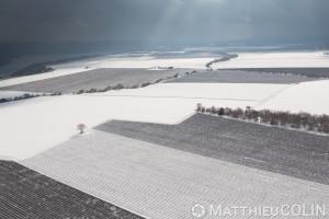 France, Alpes-de-Haute-Provence (04), Sainte Croix du Verdon,  parc naturel régional du Verdon, plateau de Valensole au bord du lac de Sainte-Croix, champs de lavande sous la neige (vue aérienne)