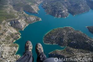 France, Alpes-de-Haute-Provence (04), Esparron-de-Verdon, Parc Naturel Regional du Verdon, lac d'Esparron, pilote de paramoteur ou Ulm (vue aerienne)