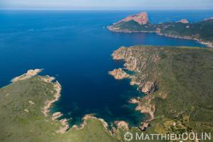 France. Corse du Sud (2A),  commune  de Piana, capo Rosso ou  Capu Rossu, site naturel classé au patrimoine mondial de l'Unesco, anse de Palo ou Palu (vue aérienne)