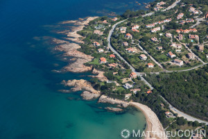 France. Corse du Sud (2A), golfe de Sagone, commune de Coggia, Témoli, villas en bord de mer  (vue aérienne)