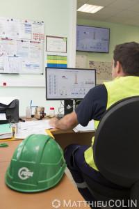 France, Gard (30), usine du site de captage d'eau de Comps dans la nappe phréatique du Rhône. Agent du groupe Saur dans la salle de contrôle.