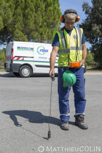 France, Gard (30),  Nîmes. Détection de fuite d'eau par méthode électroacoustique par un agent du groupe Saur.