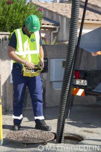 France, Gard (30),  Nîmes. Agent du groupe Saur. Entretien des canalisations d'eau avec un camion d'hydrocurage